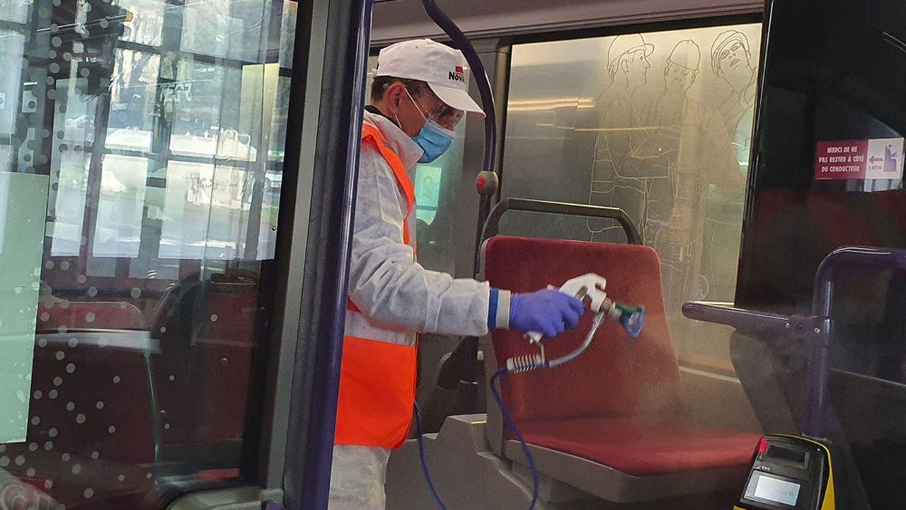 Pulvérisation de la solution virucide dans un bus par les équipes de Novacel.