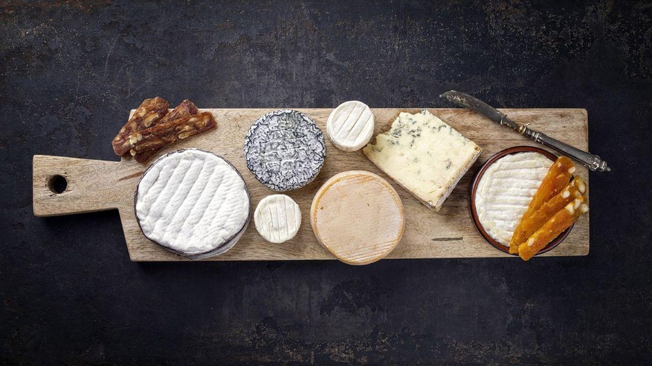 A l'apéro, devenu un instant repas, le fromage tient le haut du pavé. Le camembert, l'emmental et le chèvre figurent parmi les classiques français.