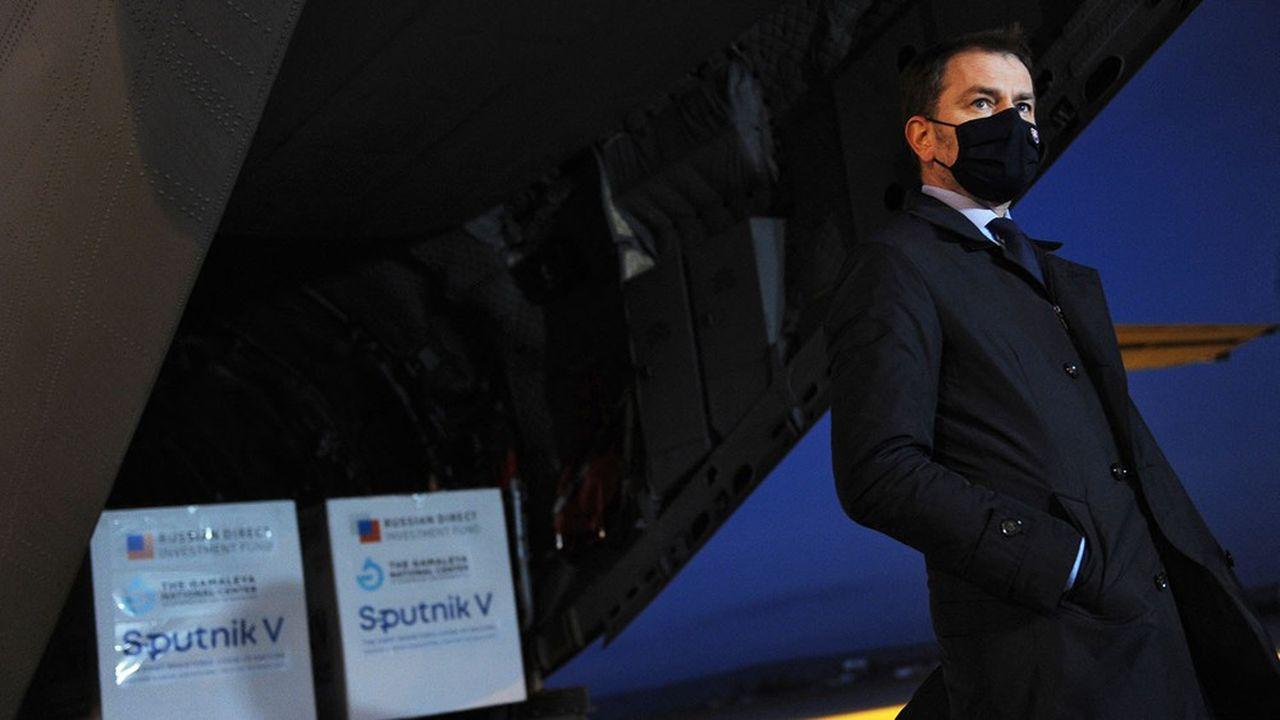 Le 1ermars, le premier ministre slovaque Igor Matovic accueillait à l'aéroport de Kosice un avion de l'armée slovaque en provenance de Moscou, chargé des premières livraisons du vaccin russe.