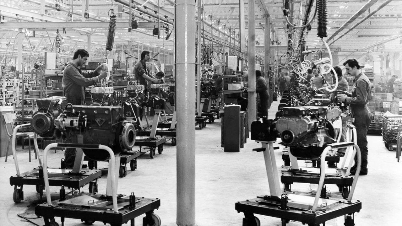Ouvriers au travail dans une usine Peugeot, à Lille, dans les années 1970.