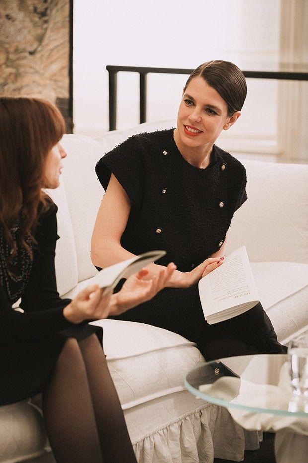 Habillées en Chanel et dans les salons de la maison de couture, Charlotte Casiraghi et l'écrivaine et psychanalyste Sarah Chiche inaugurent « Les rendez-vous littéraires rue Cambon », échangeant sur l'oeuvre littéraire de Lou Andreas-Salomé.
