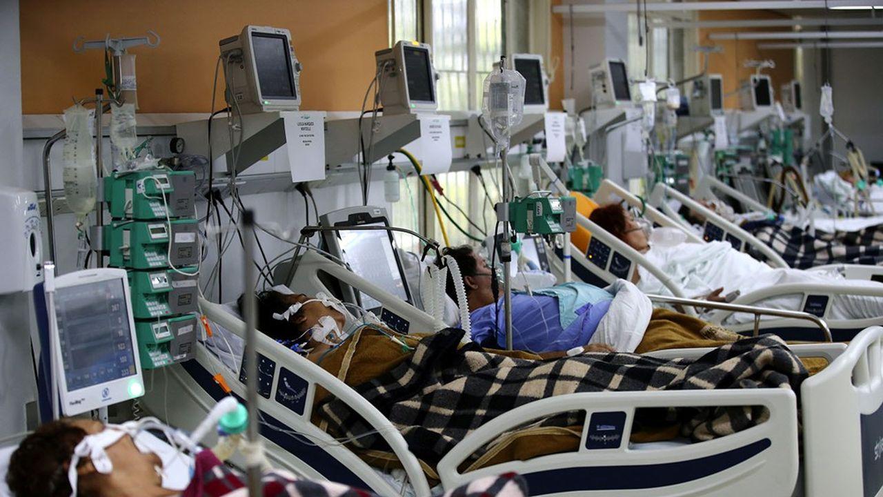 Dépassés par l'afflux de cas graves, de nombreux hôpitaux doivent refuser l'accès des patients en soins intensifs.