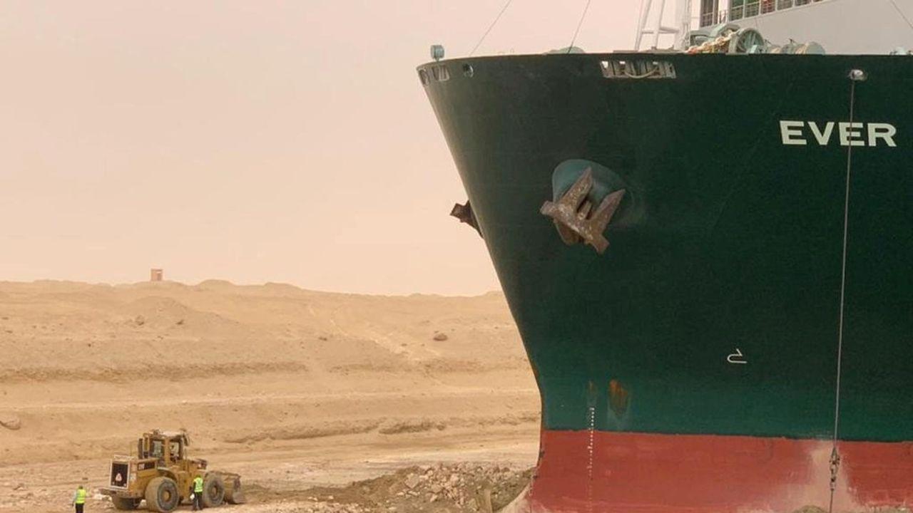 Des pelleteuses, donnant l'impression d'être des jouets pour enfants à côté de l' «Ever Given», tentent de dégager le porte-conteneurs long de 400 mètres et pesant 219.000 tonnes.