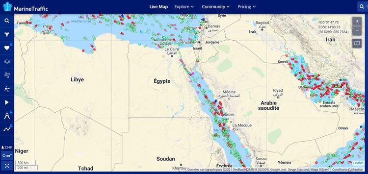 Pas moins de 185 navires attendent pour traverser le canal de Suez, rapporte l'agence de presse Bloomberg