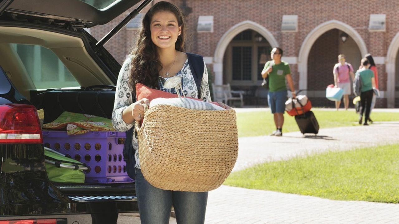 Etudiante déchargeant ses affaires devant l'université.