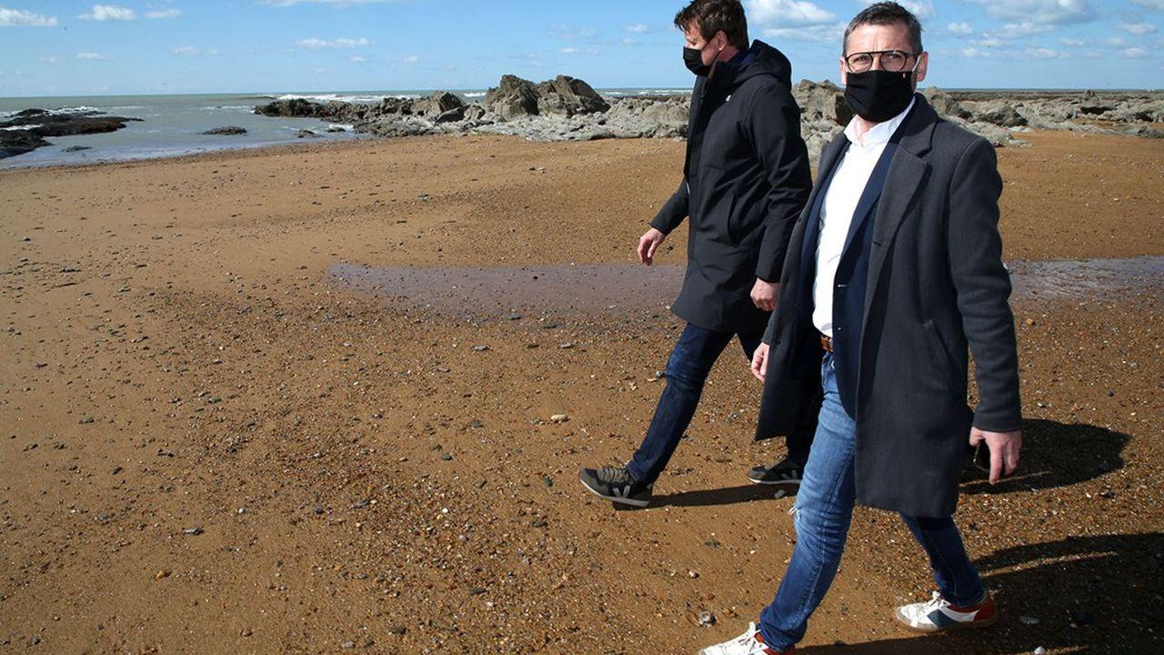 L'écologiste Yannick Jadot et le député Matthieu Orphelin, tête de liste dans les Pays de la Loire prennent un grand bol d'air sous l'oeil des photographes sur la plage de Sauveterre en Vendée, le 19mars.