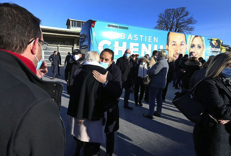 Le candidat RN dans les Hauts-de-France, Sébastien Chenu, a customisé un bus qui parcourt les routes de la région: «c'est un énorme panneau publicitaire», dit-il.