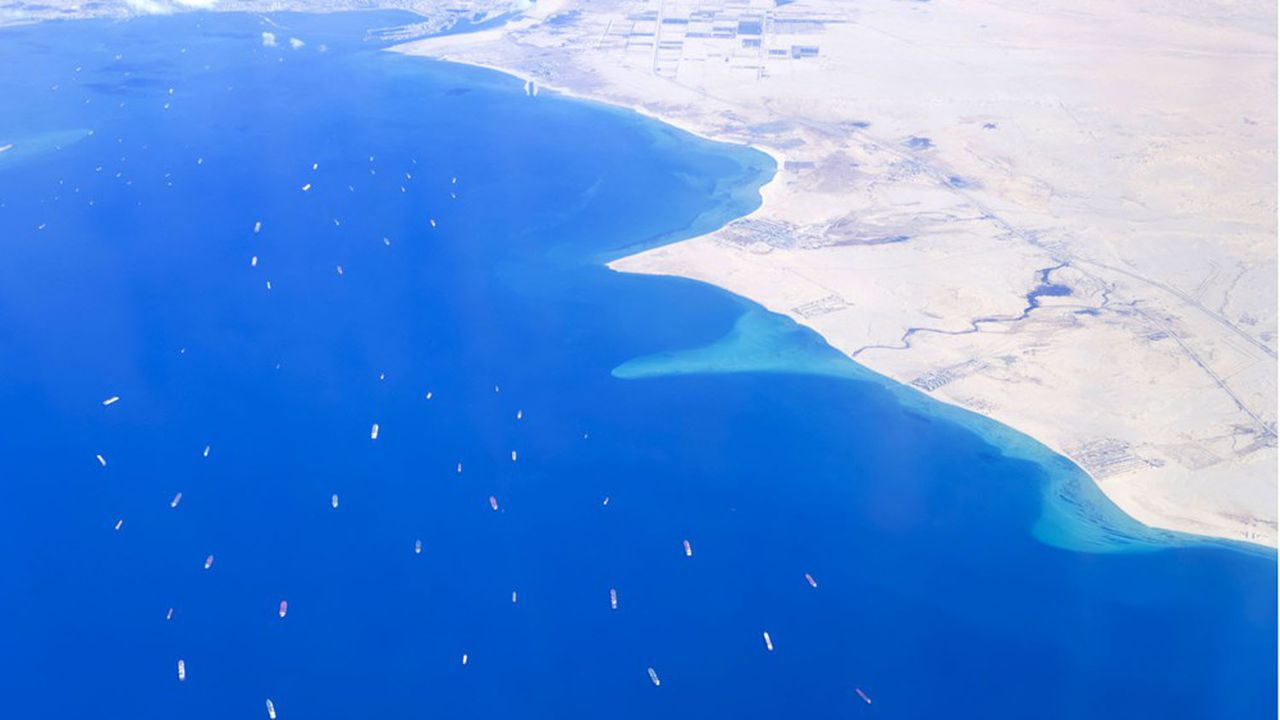 Cette photo aérienne montre la trace des dizaines de navires à l'entrée sud du canal de Suez attendant la reprise du trafic, finalement intervenue lundi après-midi, après que l'«Ever Given» a été remis à flot.