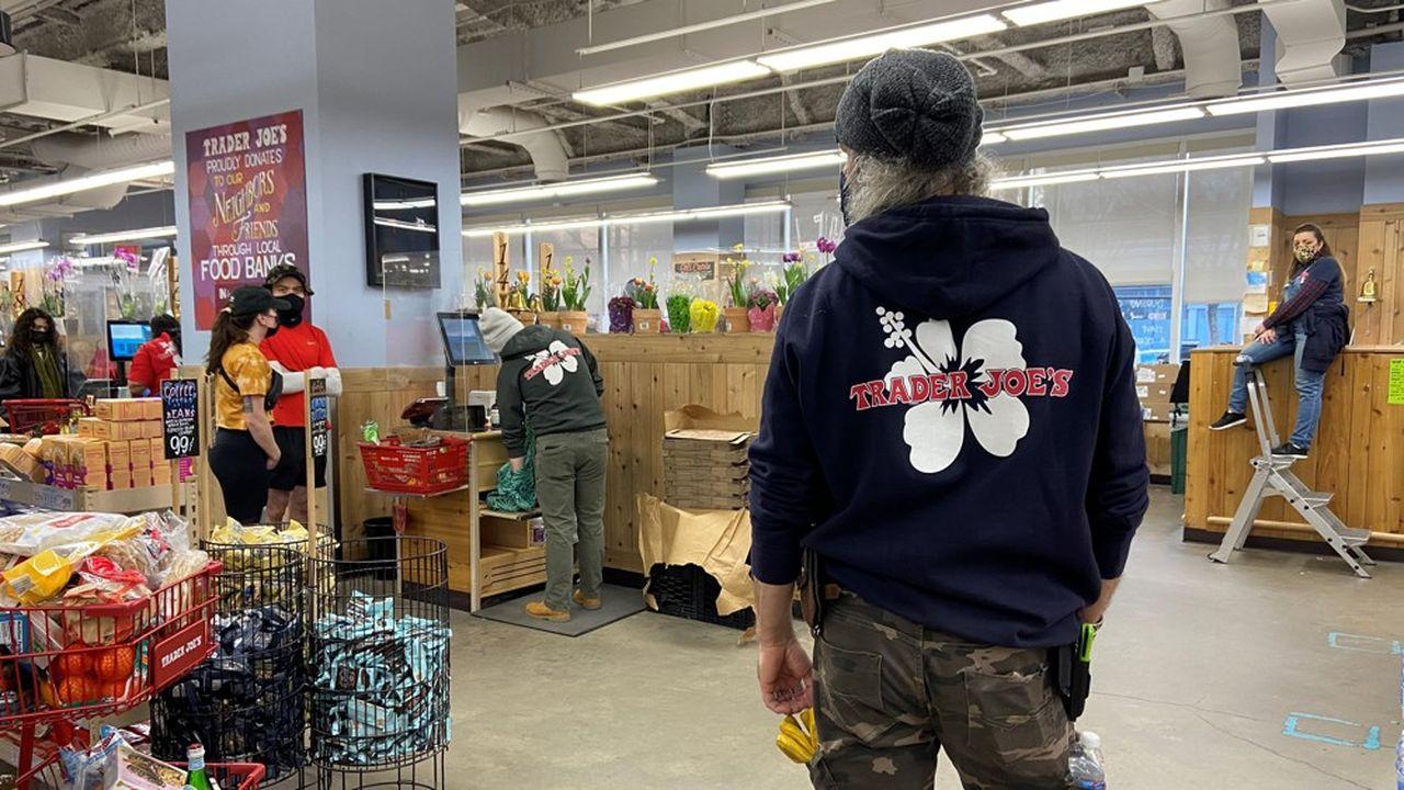 Les magasins Trader joe's fourmillent d'équipiers et de caissiers, reconnaissables à leurs hoodies décorés d'une fleur d'hibiscus (qui se revendent sur eBay).