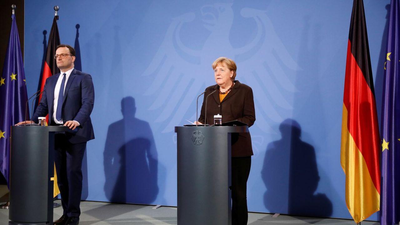 La chancelière Angela Merkel et son ministre de la Santé Jens Spahn annoncent la suspension de la vaccination AstraZeneca pour les moins de 60 ans après des cas de thromboses.
