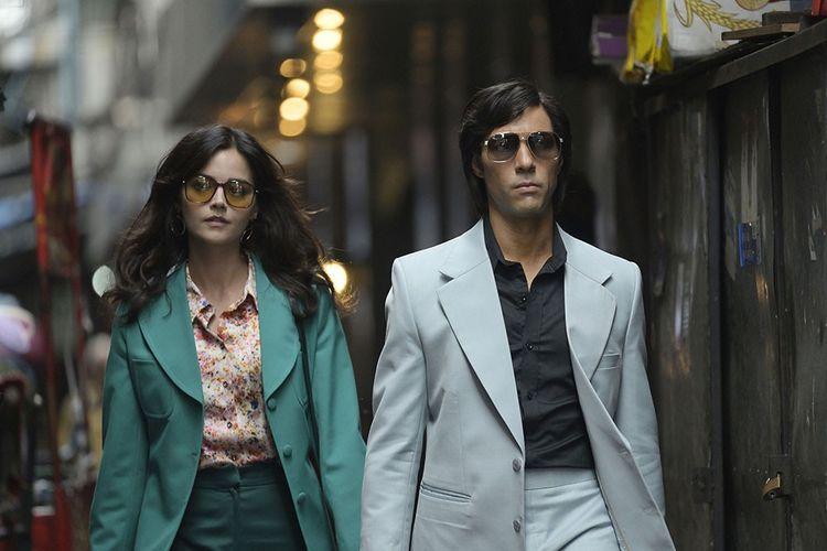 Tahar Rahim incarne Charles Sobraj dans « Le Serpent », la série de Netflix qui retrace une année de la vie du tueur en série et de sa compagne, Marie-Andrée Leclerc (Jenna Coleman).