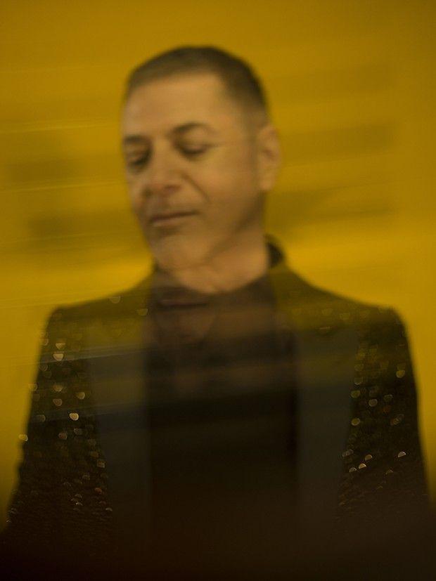 Etienne Daho en veste pailletée Celine, collection personnelle.