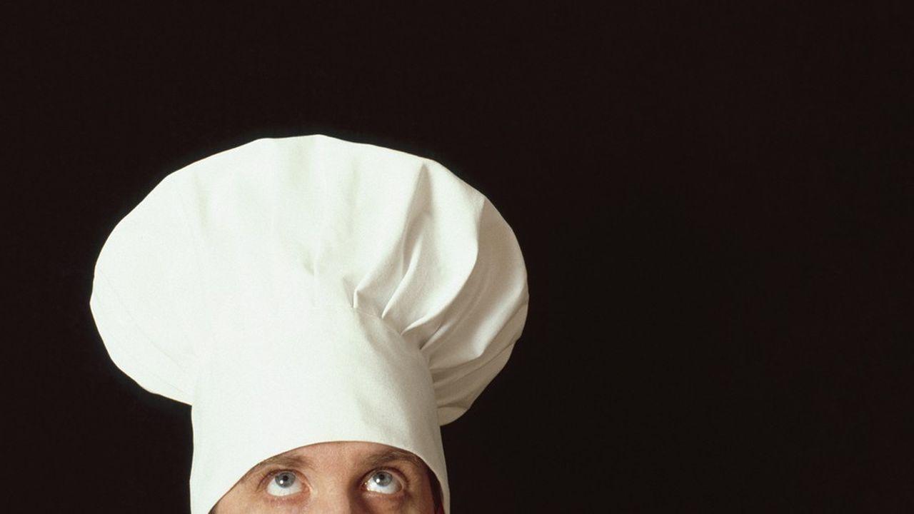 La toque aurait été inventée au milieu du XIXe par le cuisine Antonin Carême remplacer le bonnet en coton que portaient autrefois les cuisiniers.
