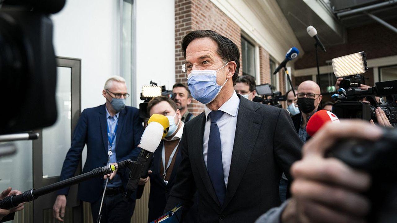 Le Premier ministre néerlandais a sauvé, in extremis vendredi, son poste à la tête du gouvernement des Pays-Bas, résistant à la colère unanime, et quasi inédite, du Parlement batave à son encontre.