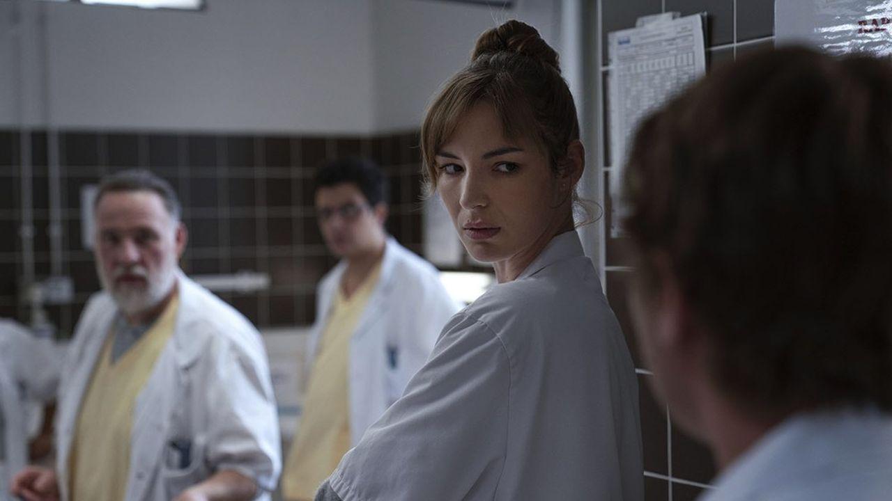 Olivier Brun (Bouli Lanners), le chef des Urgences, et l'interne Chloé Antovska (Louise Bourgoin).