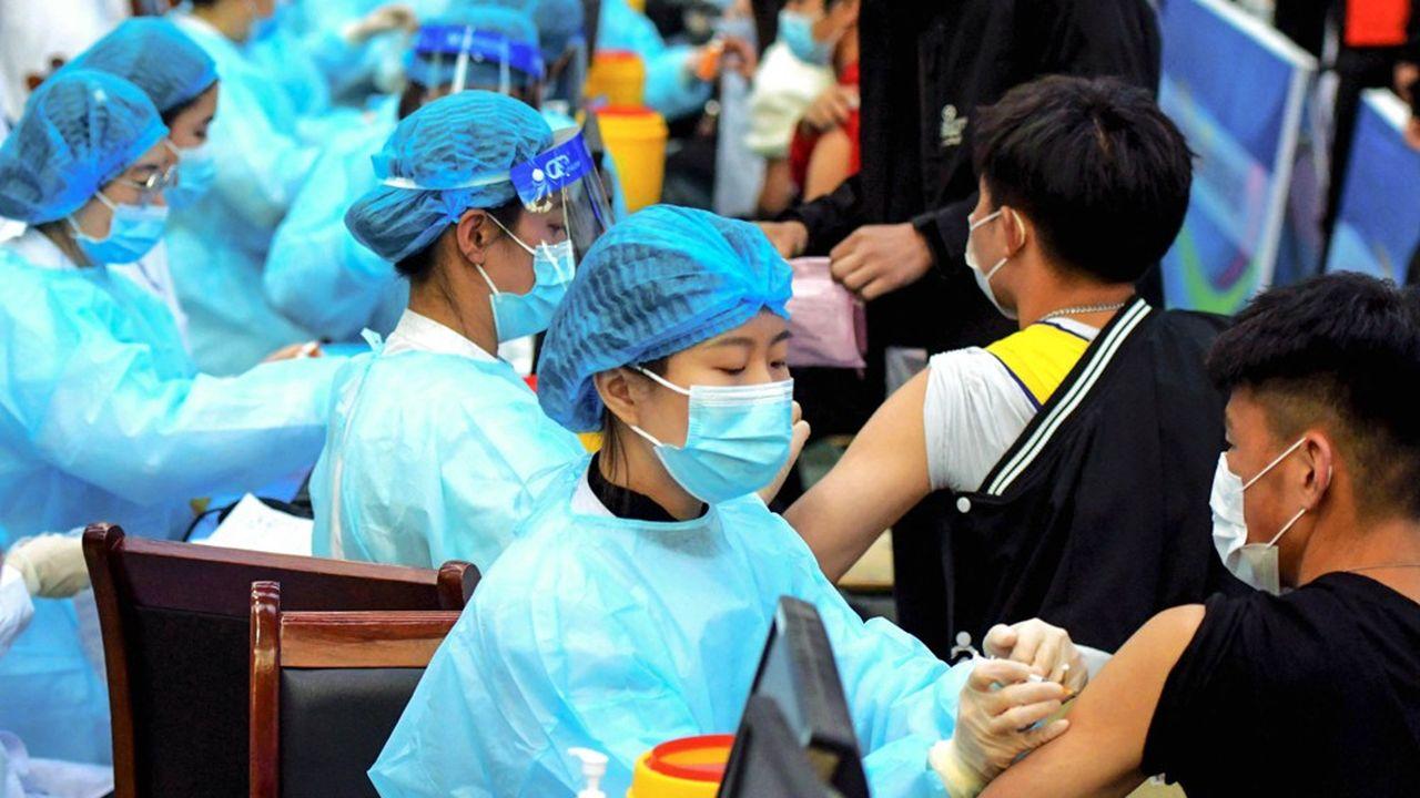 En Chine, la campagne de vaccination contre le Covid-19 est menée tambour battant depuis que Pékin s'est fixé pour objectif de vacciner 40% de sa population d'ici fin juin, soit 560millions de personnes.