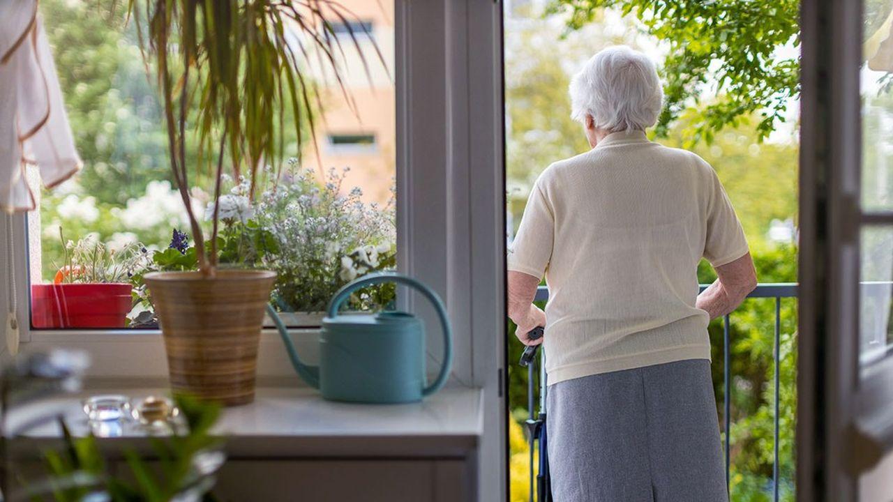La vente en viager occupé permet à une personne âgée de rester à son domicile tout en percevant une rente jusqu'à sa mort.