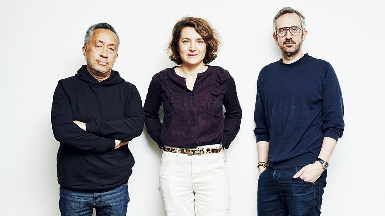 Les fondateurs du média Brut, Renaud Le Van Kim et Guillaume Lacroix, entourant Claire Basini, la directrice générale adjointe en charge des nouvelles activités, le 30 mars 2021 à Paris.