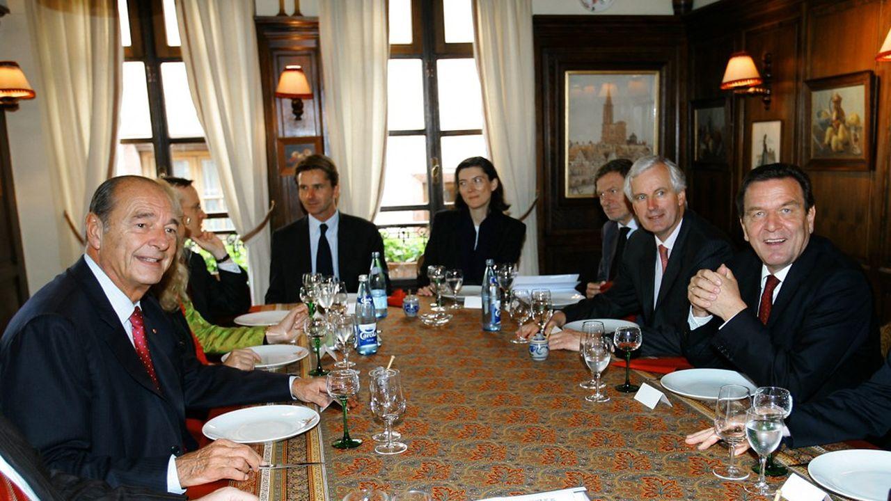 Jacques Chirac, à gauche, et le chancelier allemand Gerhard Schroeder, à droite, au restaurant «Chez Yvonne» le 1eroctobre 2004.