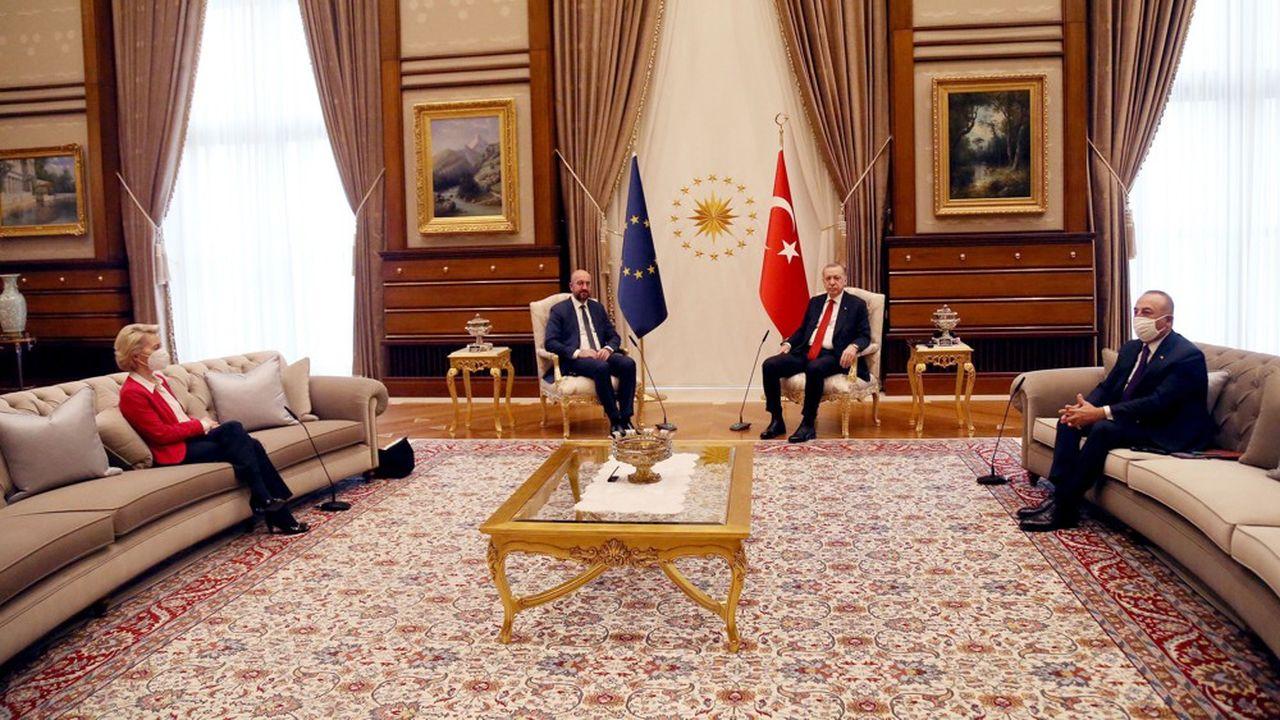 Durant leur entretien de deux heures avec Recep Tayyip Erdogan, Ursula von der Leyen a été placée en retrait, sur un divan, pendant que Charles Michel, le président du Conseil européen, avait, lui, droit à un fauteuil à côté de celui du président turc.
