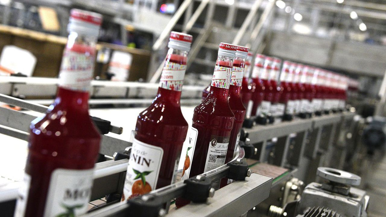 Jusqu'à la mise en production de l'usine russe de Stoupino en juillet, les bouteilles de sirop Monin pour la Russie sont expédiées des usines françaises du groupe français (ici à Bourges).