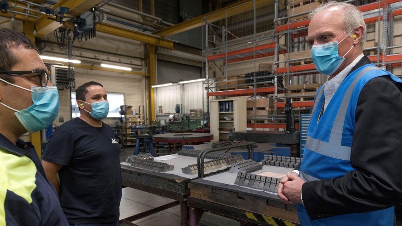 Le patron de Michelin, Florent Menegaux (à droite), vise un chiffre d'affaires de 24,5milliards d'euros en 2023.