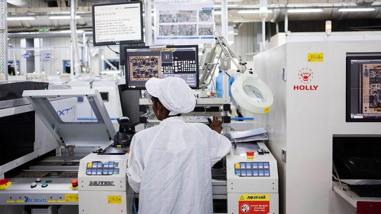 Une employée de Rising Stars Mobile, une unité du taïwanais Foxconn dans une usine d'assemblage dans la ville indienne de Tamoul.