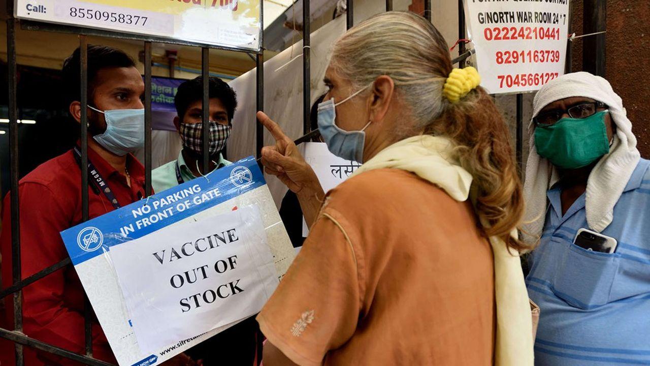 Comme ici dans les environs de Mumbai, les ruptures de stocks de vaccins se multiplient dans les centres de vaccination indiens.