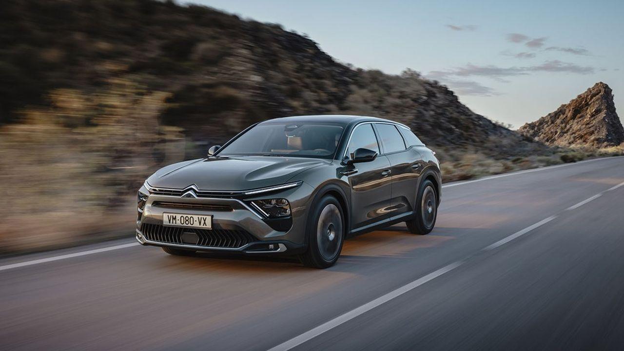 Ses designers ont retenu de la mode du moment une posture surélevée pour la C5 X, qui renforce l'impression de sécurité au volant et rend plus confortable l'entrée et la sortie du véhicule.