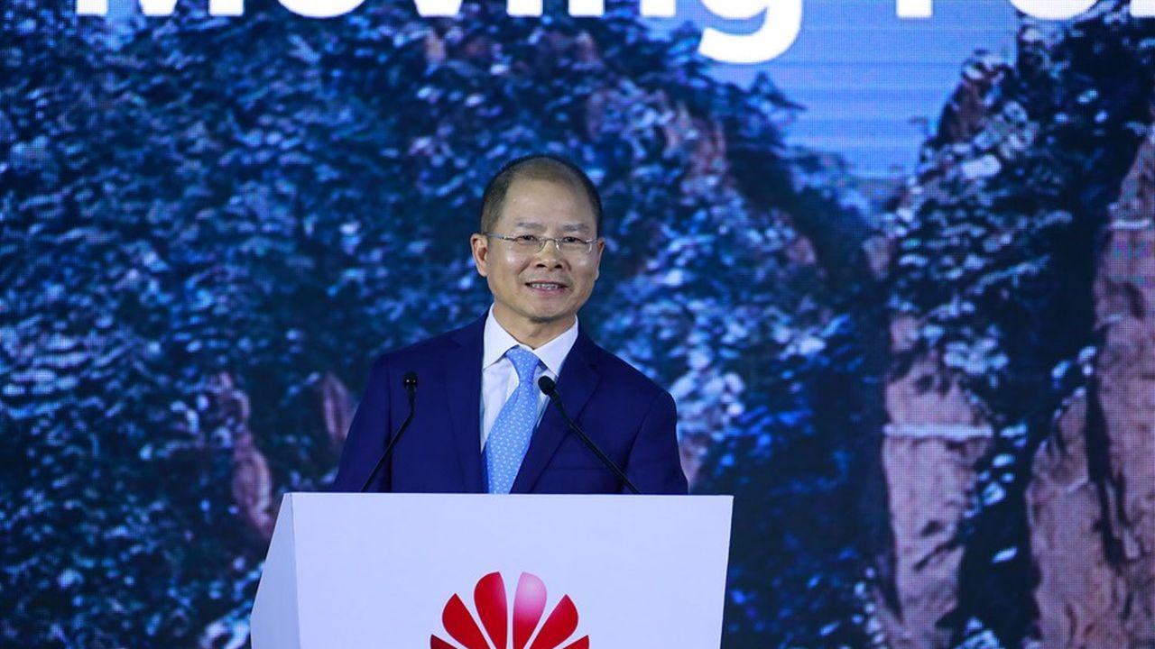 Eric Xu, l'un des trois PDG tournants de Huawei, lors du traditionnel sommet «analystes» du groupe, lundi 12avril à Shenzhen.