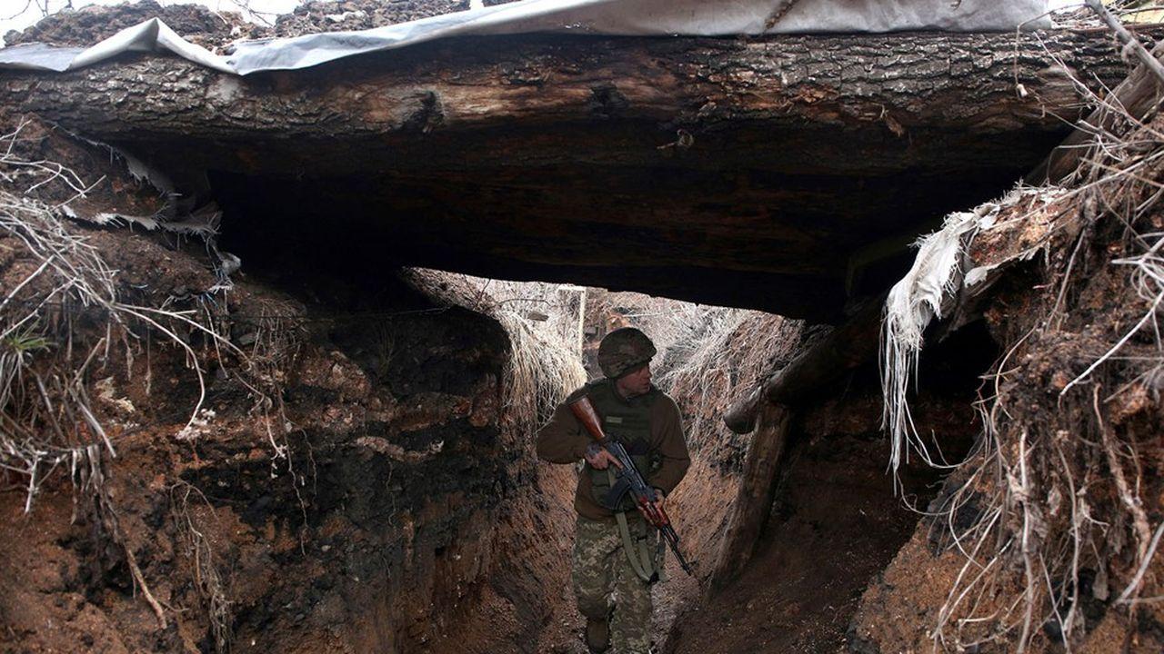 Un soldat ukrainien patrouille le long d'une position sur la ligne de front avec les séparatistes soutenus par la Russie, non loin d'Avdiivka, dans la région de Donetsk, le 5avril 2021.
