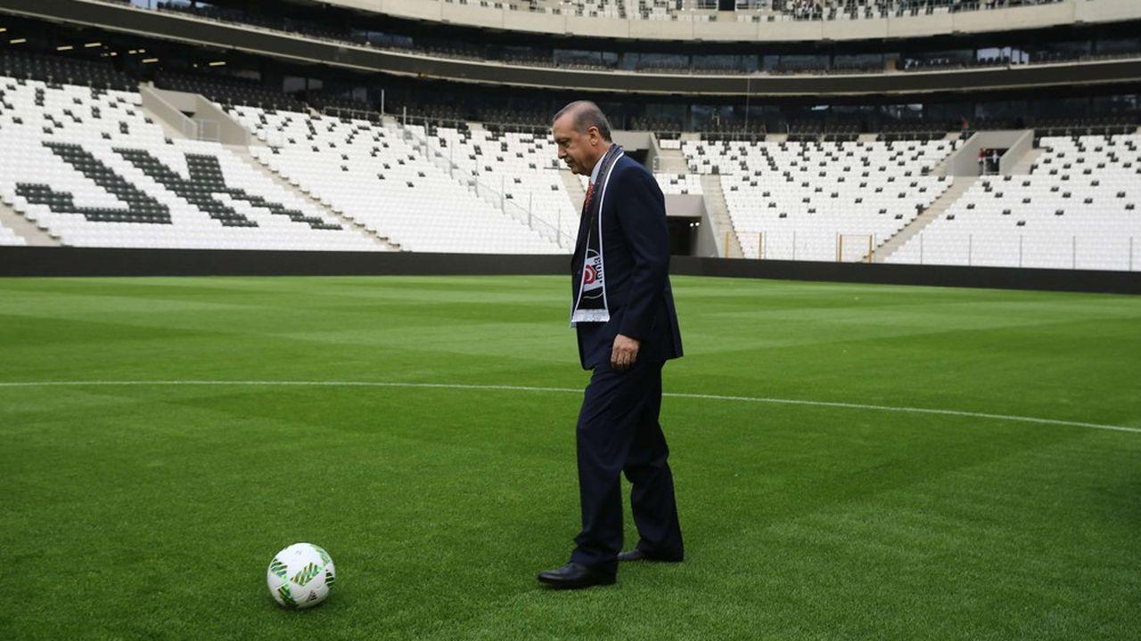 Le 10avril 2016 Recep Tayyip Erdoğan inaugurait le nouveau stade de Besiktas à Istanbul, face à des tribunes vides par crainte de protestation.