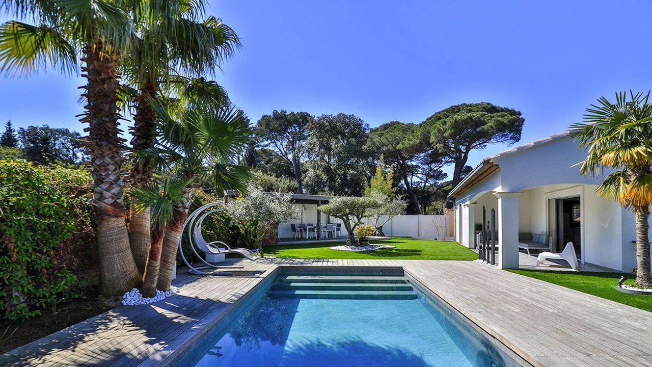 Bâtie en 2009, la villa de 200 m² est édifiée sur une parcelle de 900 mètres carrés paysagée avec sa piscine entourée de teck.
