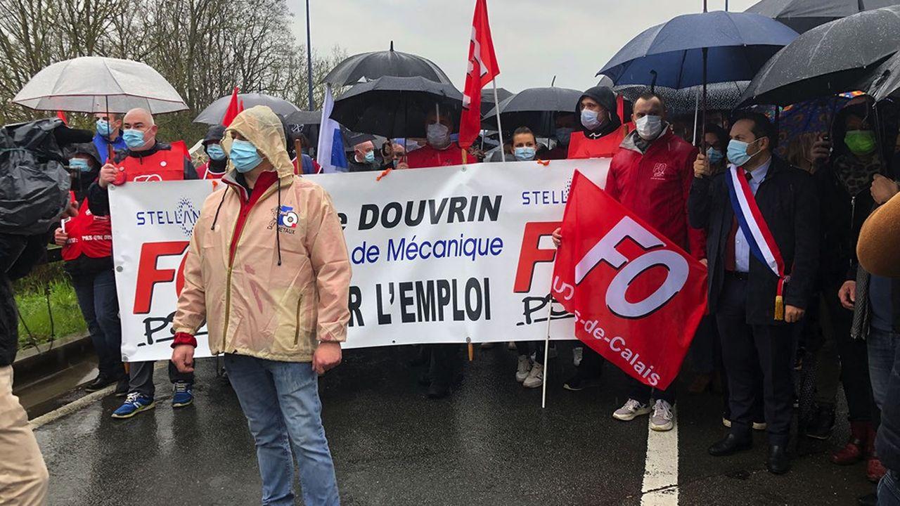 Un petit millier de salariés, retraités et élus ont défilé samedi dernier devant la Française de Mécanique, à Douvrin (Pas-de-Calais).