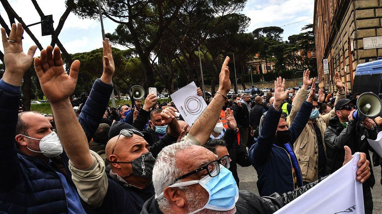 L'Italie continue de creuser ses déficits pour donner une bouffée d'oxygène à une économie asphyxiée par les mesures de lutte contre le Covid-19 et qui soulève la protestation des Italiens.