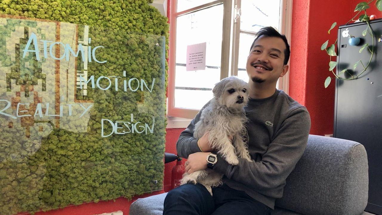 Antoine Vu et Ponyo, la mascotte d'Atomic Digital Design, dans la salle de réunion qu'il a entièrement décorée.