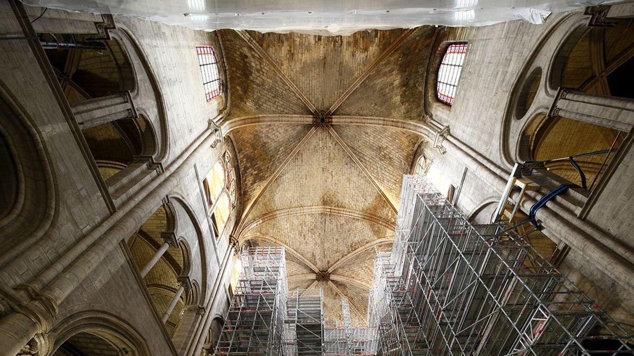 La pose d'échafaudages intérieurs de 27 mètres de haut, commencée en octobre2020, se poursuit dans la nef et va permettre de connaître l'état des pierres du dessous des voûtes.