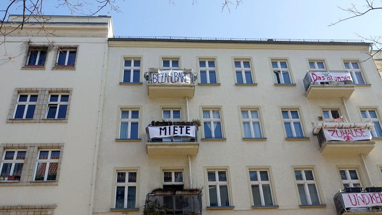 Des locataires à Berlin ont accroché sur leurs balcons des slogans en fonction de logements «abordables» («bezahlbar»).