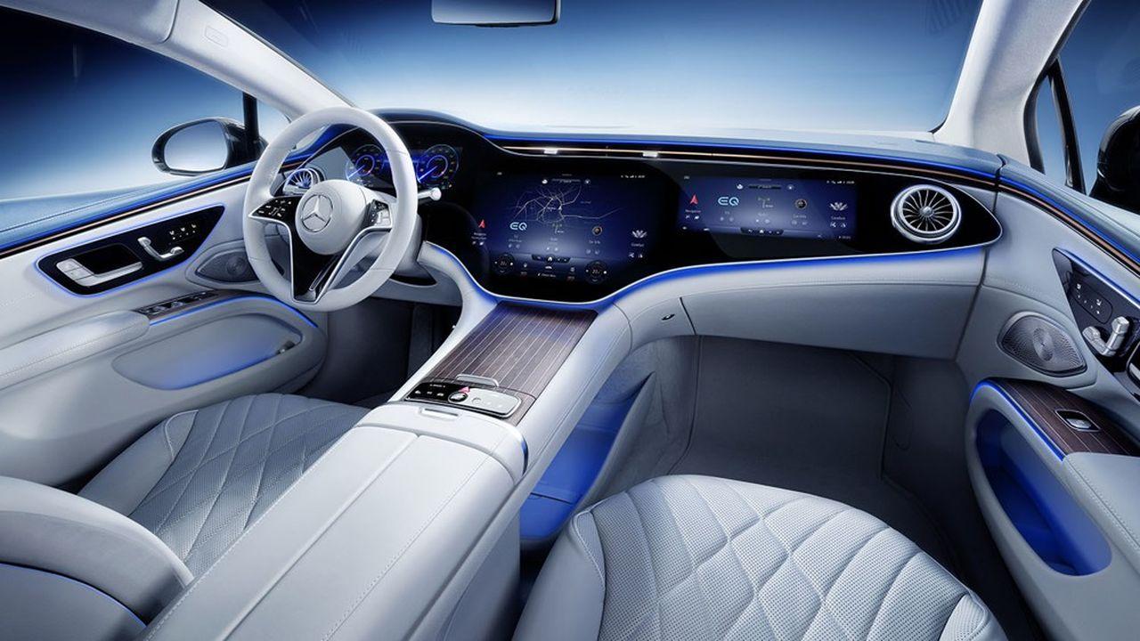 Mercedes défie Tesla, avec un «hyperscreen», un écran numérique géant proposé en option de l'EQS, sa première berline électrique.
