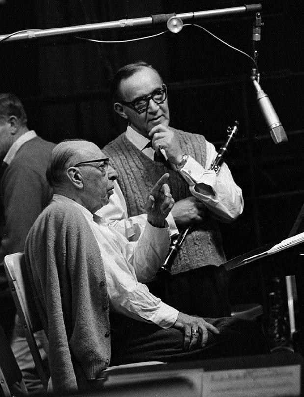 Igor Stravinsky avec le clarinettiste de jazz Benny Goodman en 1965 dans les studios Columbia à New York.