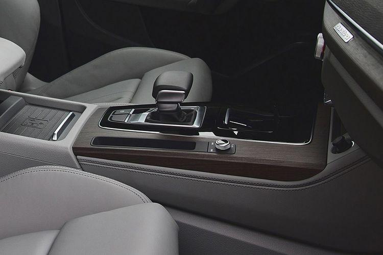 Sur la console centrale, le bouton de radio, judicieusement placé. © Audi AG