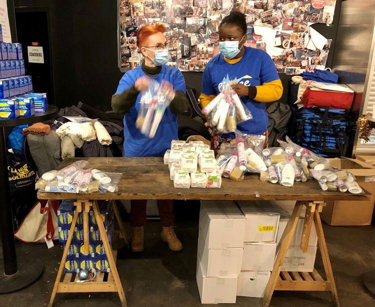 Sylve, à gauche, et une autre bénévole distribuent des «kits propreté» à la fin du parcours