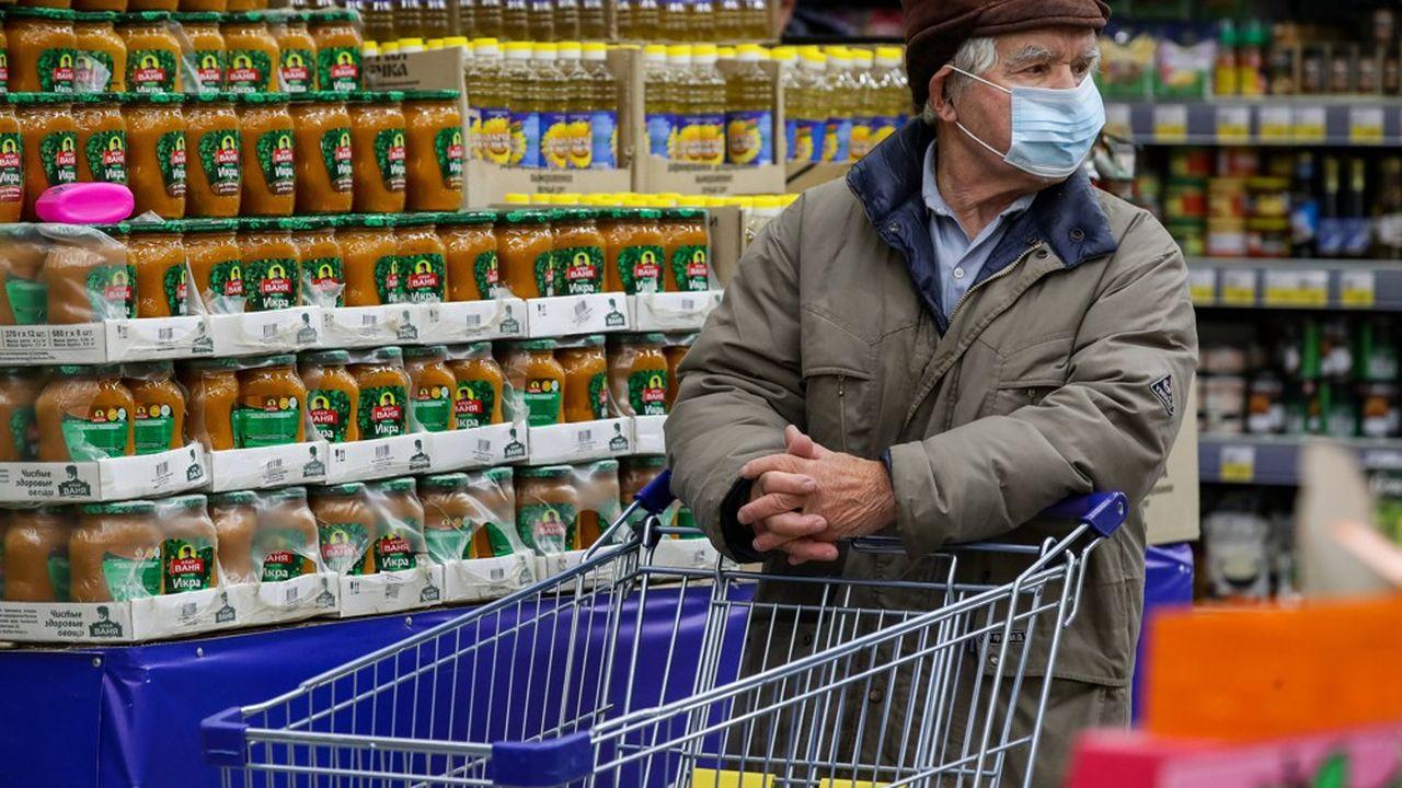 Face à l'inflation, la baisse du niveau de vie et la hausse de la grogne sociale, les autorités russes se mobilisent pour imposer un plafonnement des prix.