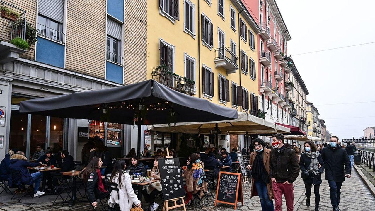 Les terrasses étaient ouvertes en février à Milan, ici le long du canal Naviglio, avant de refermer en mars.