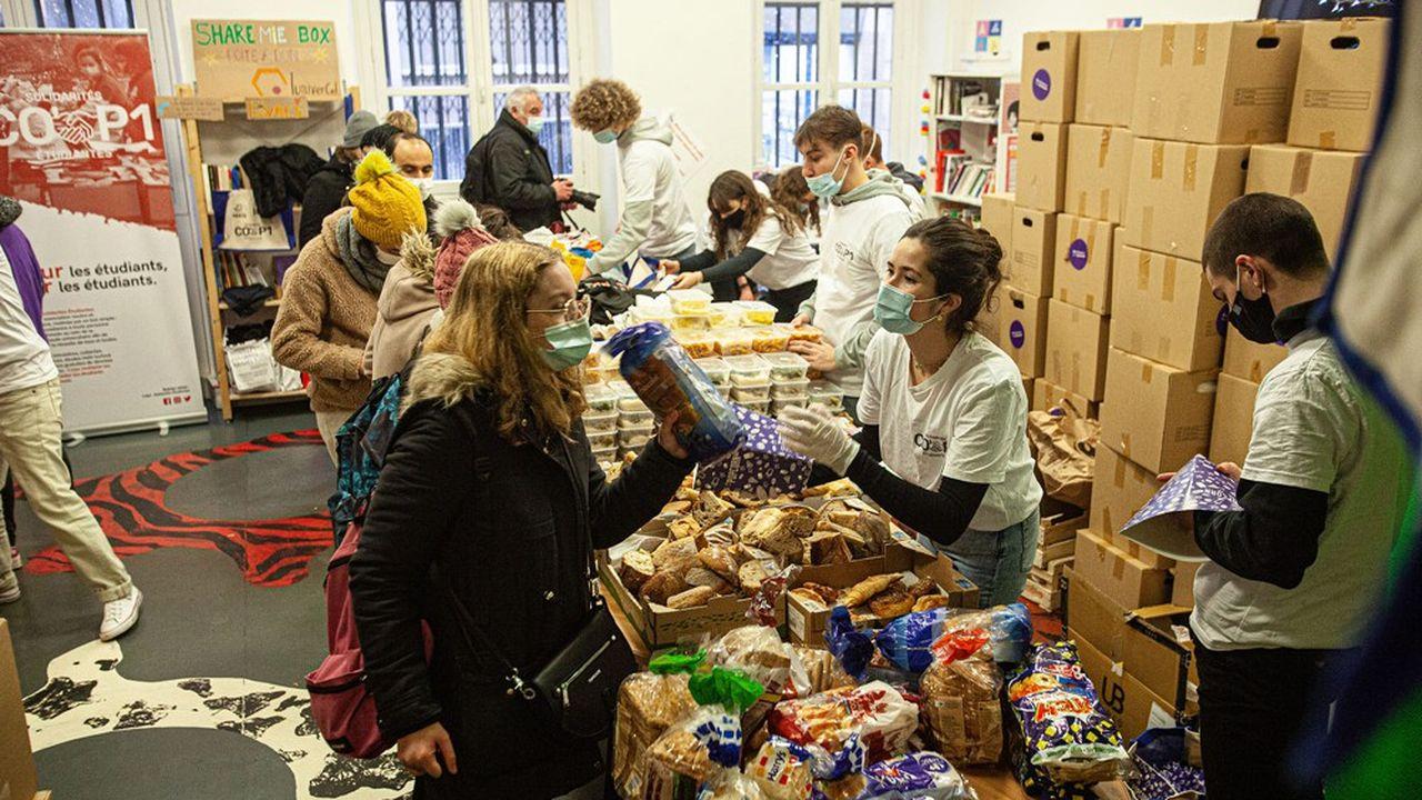 L'association distribue des paniers alimentaires trois fois par semaine.