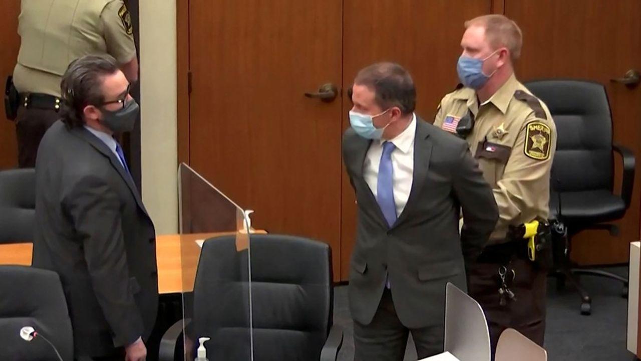 Derek Chauvin est reparti menotté du tribunal de Minneapolis. Il devrait passer de nombreuses années en prison.