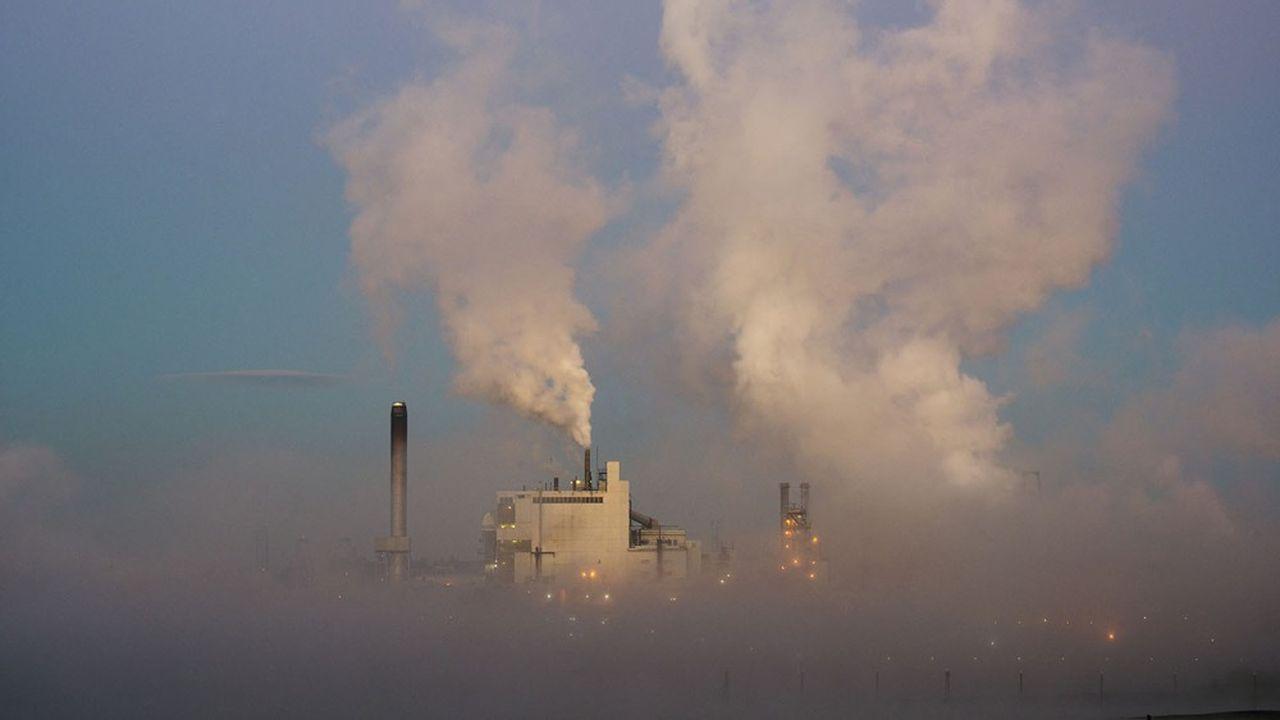 Les fumées de l'usine d'emballages et de la fabrique à papier de WestRock Paper Mill, à Tacoma dans l'Etat de Washington.