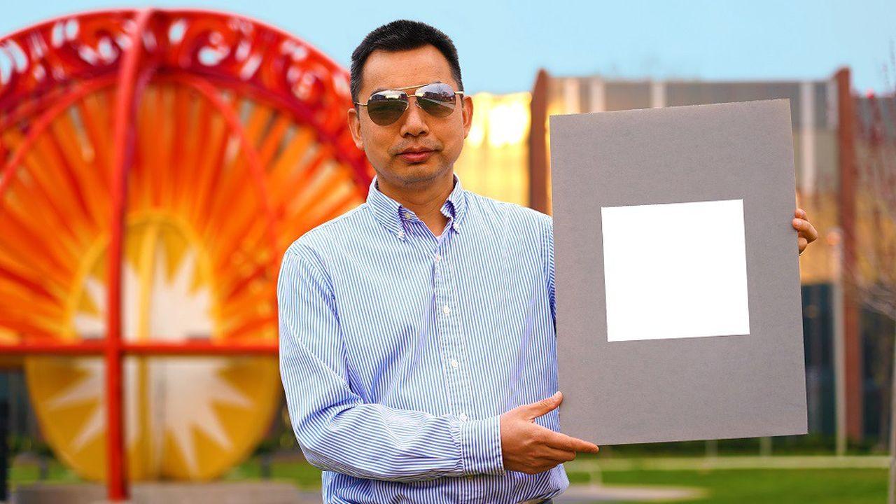 Xiulin Ruan, professeur de génie mécanique à l'université Purdue, montre l'échantillon de «la peinture la plus blanche jamais créée» de son laboratoire.