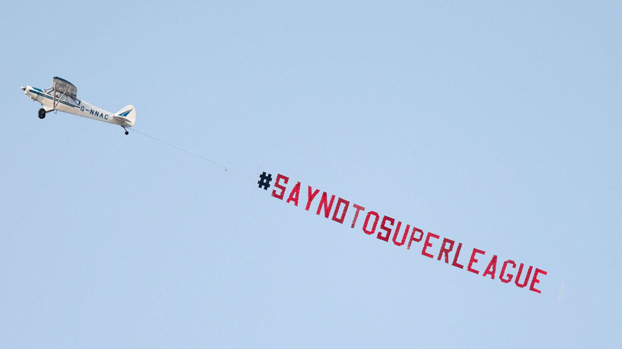 Un avion publicitaire avec un message anti-Super Ligue en marge du match de Premier League anglaise entre Leeds United et Liverpool, le 19avril.