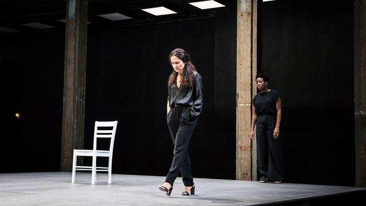 Chloé Réjon (Eriphile) et Astrid Bayiha (Doris), dans «Iphigénie», mise en scène par Stéphane Braunschweig.